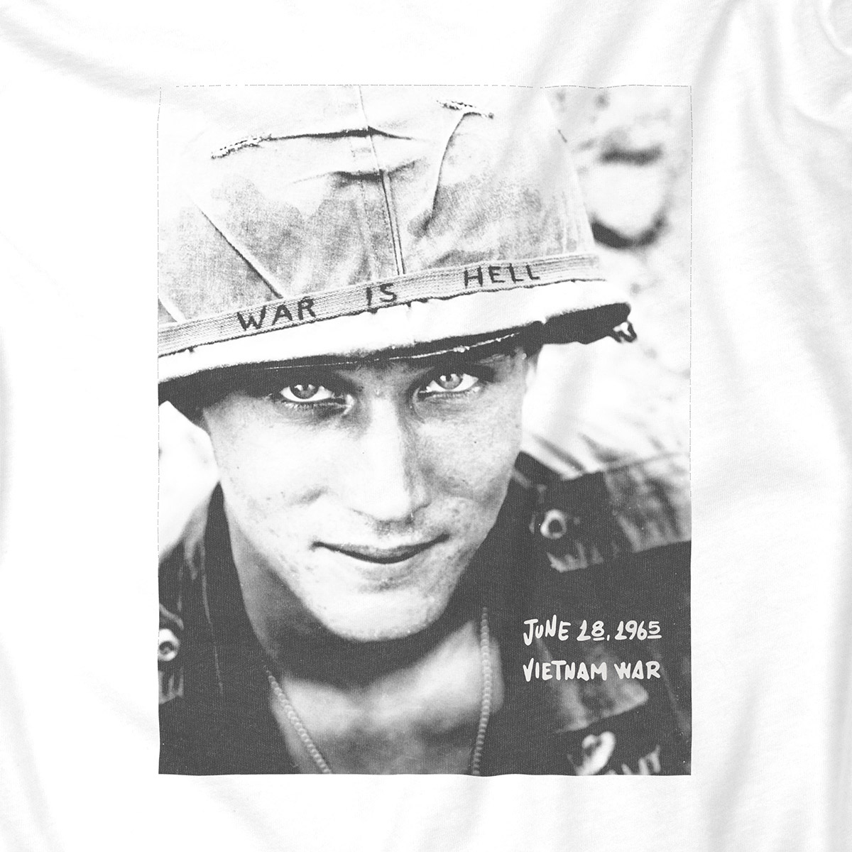 Zoom camiseta war is hell Dissident Co